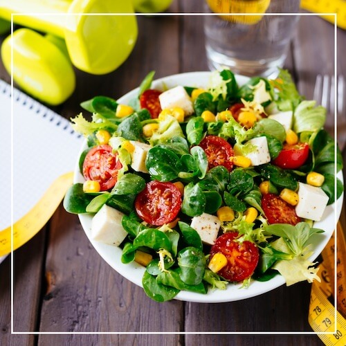 Ein frischer Salat mit Tomaten, Feta und Mais