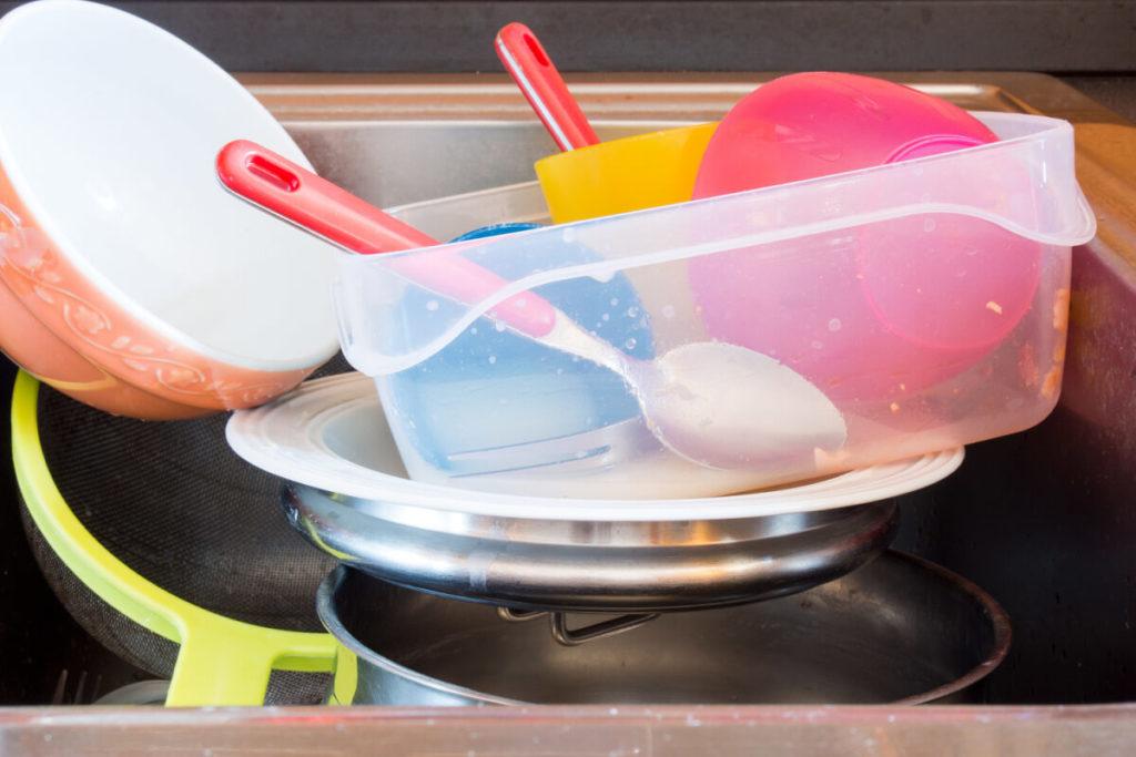 Meal-Prep-Fehler-vermeiden-Chaos-am-Arbeitsplatz-Küche