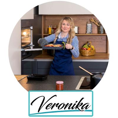 Veronika-Pichl-Meal-Prep-Buchautorin-Expertin-Lunchbox-Queen-nimmt-gebackene-Paprika-aus-Backofen-Rezept-nachgekocht