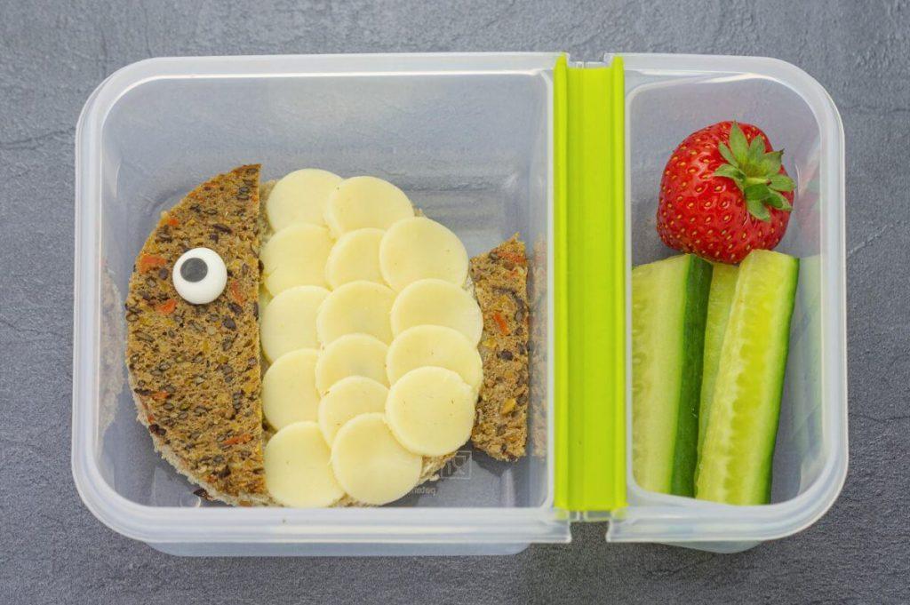 Gesundes-Pausenbrot-Kinder-Kugelfisch-Käsebrot- Gurkensticks- Erdbeere