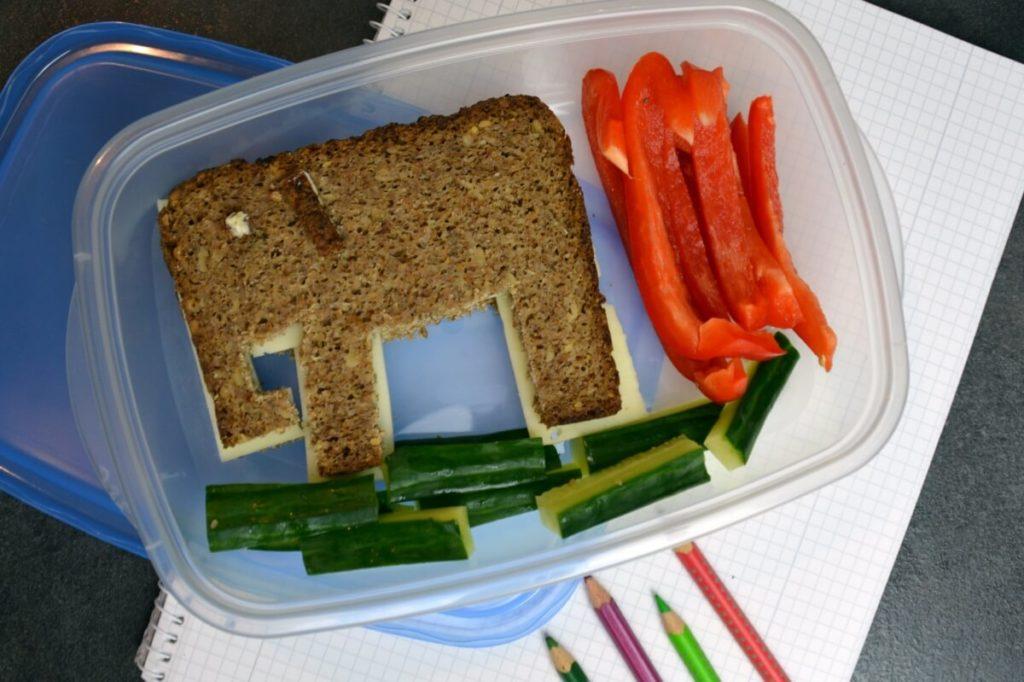 Pausenbrot-Kindergarten-Brotelefant-mit-Gurken-und-Paprikasticks
