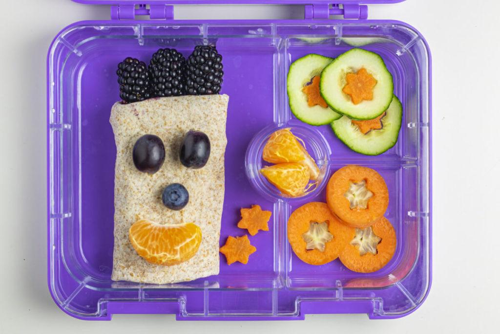 schulpause-essen-happy-lunchbox-idee-be-happy-wrap-mit-buntem-obst-und-gemuese