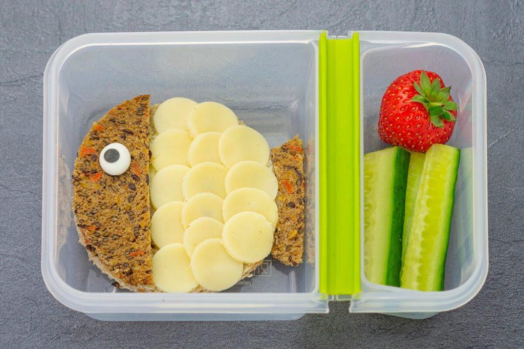 Kugelfisch-Pausenbrot für Schule oder Kindergarten mit Brot, Käse und Gemüse