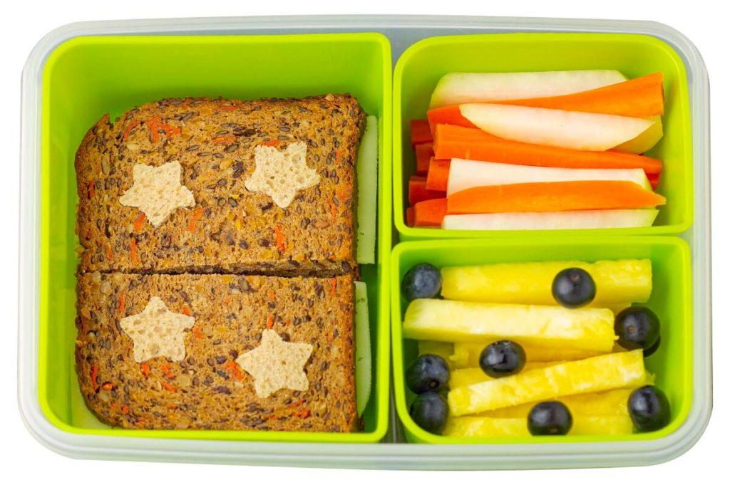 Kreatives Brot für Schule oder Kindergarten Pause mit Stern Formenausstecher zubereitet