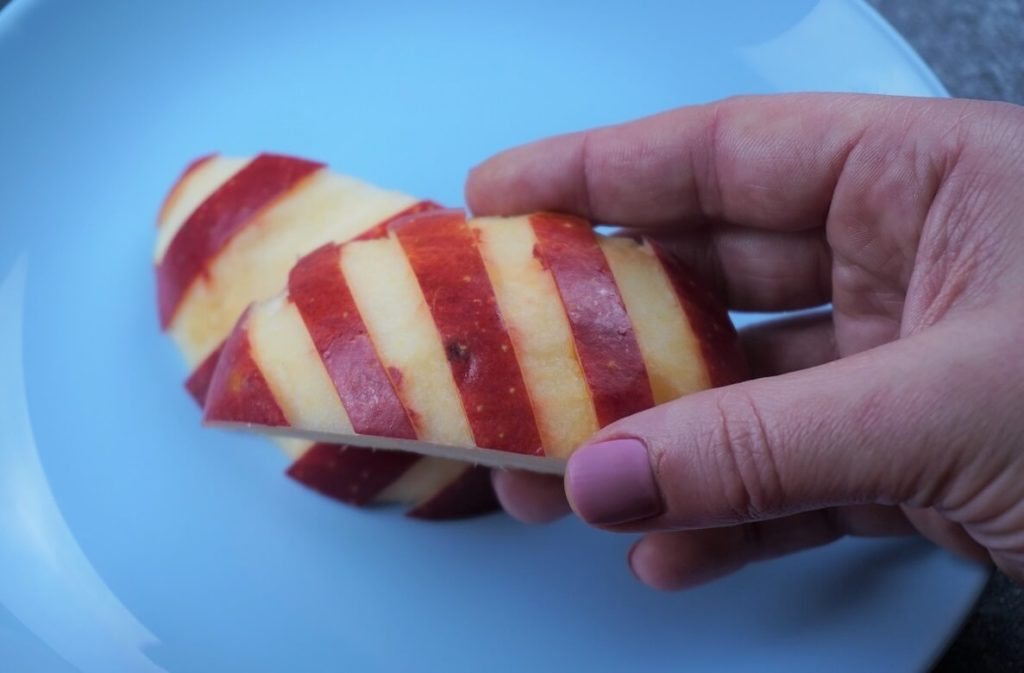Apfel schneiden mit Querstreifen für Kinder Pausendose, Bento Box