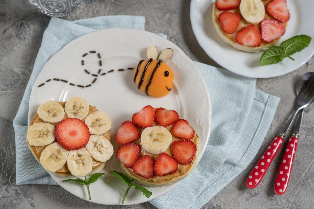 Eierpfannkuchen als Blumenwiese mit Hummel kreativ für Kinder angerichtet
