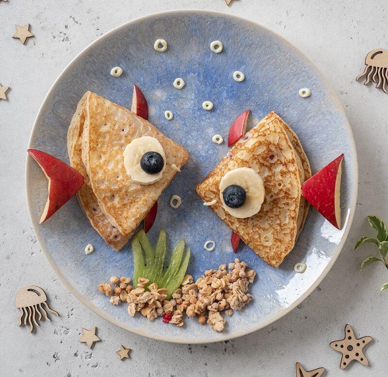 Essbares Aquarium aus Eierpfannkuchen für Kinder angerichtet