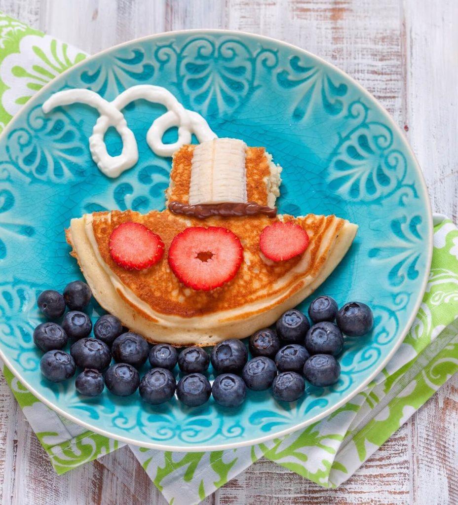 Pancake für Kinder als Dampfschiff auf See dekoriert