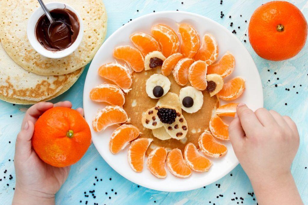 Pancake Löwe Rezept - Kind hilft beim Zubereiten