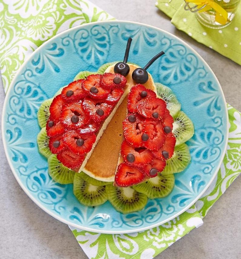 Pancake Marienkäfer aus Eierpfannkuchen für Kinder mit Erdbeer Deko