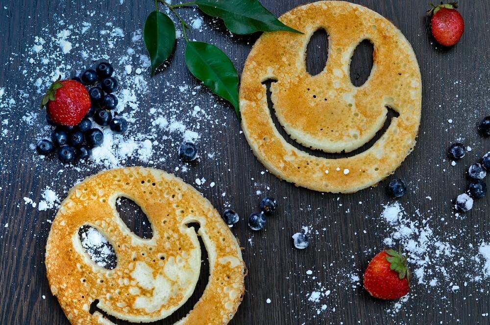 Pancakes Smiley lachende Eierpfannkuchen für Kinder
