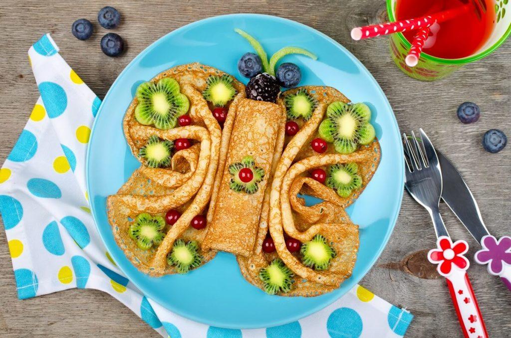 Pfannkuchen Schmetterling mit Obst dekoriert für Kinder
