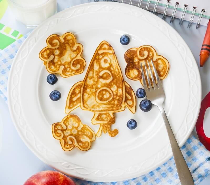 Pfannkuchenteig als Pancake Kunst - Bild mit Rakete und Wolken