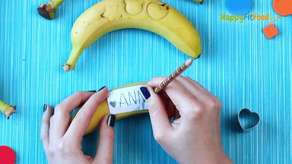 Banane Name einstechen Pausensnack für Kinder in der Schulpause