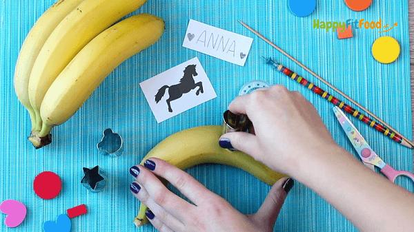 Banane tätowieren mit Ausstechform gesunder Pausensnack für die Schulpause
