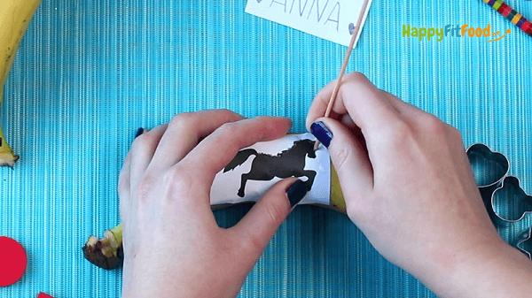 Bananen Tattoo mit Pferd oder Figur tätowieren - ein lustiger Snack für Kinder