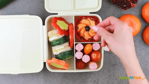 Granatapfelkerne hinzugeben in Essen zum Mitnehmen für Arbeit und Schule
