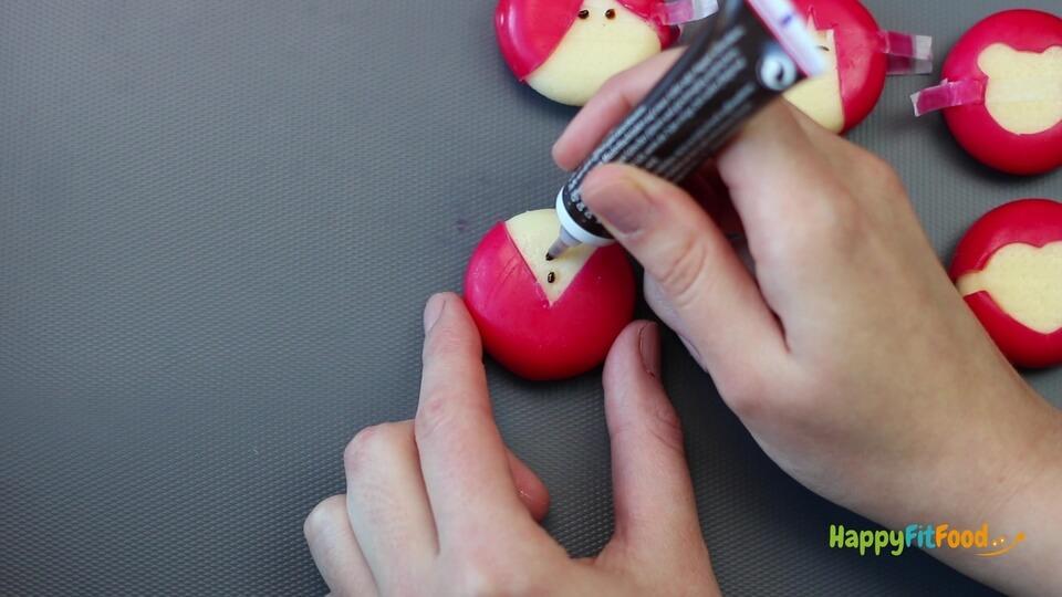 Knöpfe auf Mini Käse Figur aufmalen