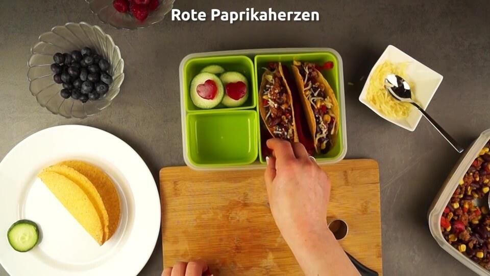 Paprikaherzen und Paprikastücke in die Lunchbox hinzufügen