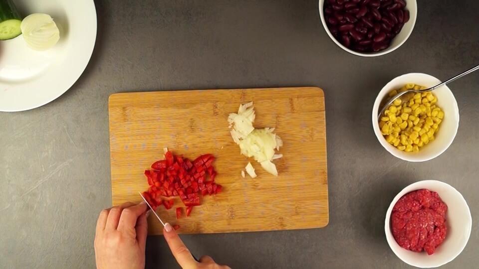 Paprika und Hackfleisch vorbereiten für Hackfleischfüllung