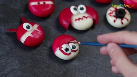 Blutunterlaufen Halloween Babybel Zombie Augen mit Lebensmittelfarbe aufmalen