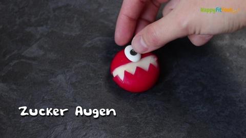 Einäugiges Monster Babybel Zyklop erstellen mit Zuckerauge aufdrücken