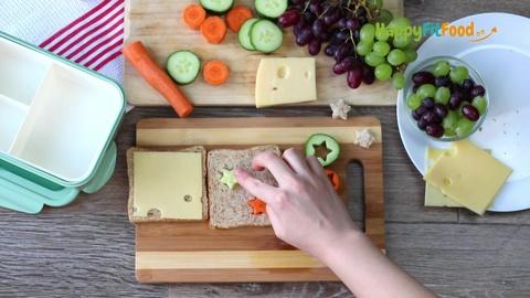 Gemüsesterne in Käsetoast einfügen