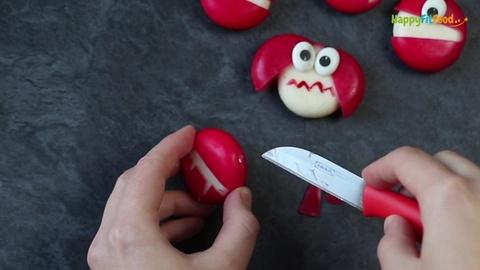 Löcher für Hörner von teuflischem Mini Käse Monster einschneiden