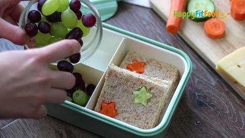 Weintrauben in die Kinder Pausendose einfüllen